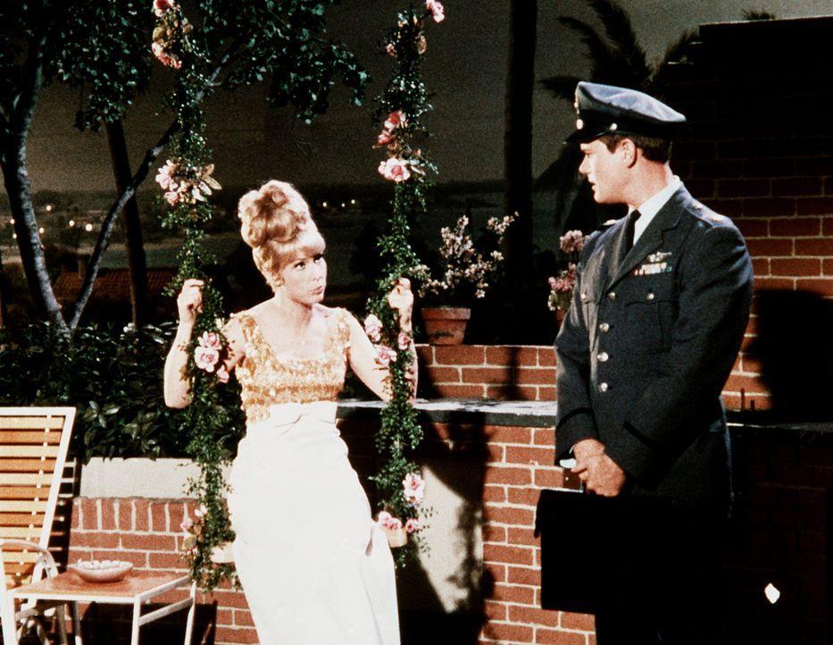 Tony (Larry Hagman, r.) berichtet Jeannie (Barbara Eden, l.) von den Problemen Rogers, der durch Jeannies Zauber über Nacht unwiderstehlich geworden... - Bildquelle: Columbia Pictures