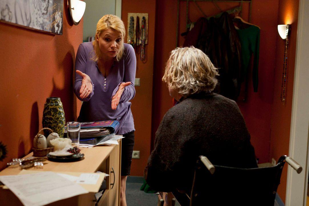 Mit ihrem Vater Kurt (Axel Siefer, r.) hat es Danni (Annette Frier, l.) nicht immer leicht ... - Bildquelle: Frank Dicks SAT.1
