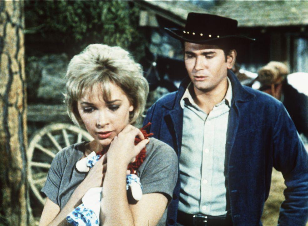 Annie (Stella Stevens, l.) ist gerührt, weil Little Joe Cartwright (Michael Landon, r.) ihr eine Puppe geschenkt hat. - Bildquelle: Paramount Pictures