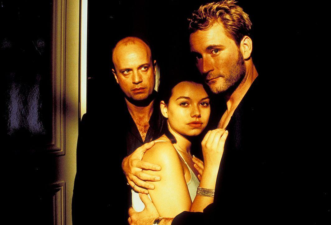 Sophie (Cosma Shiva Hagen, M.) steht zwischen zwei Männern: ihrem treusorgenden Vater Thomas (Christian Berkel, l.) und dem charmanten Polizisten Mi... - Bildquelle: Klick ProSieben