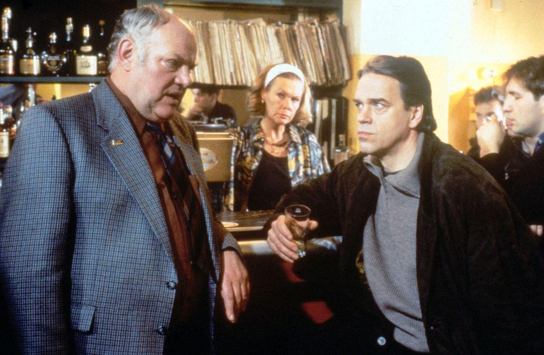 Hauptkommissar Wolff (Jürgen Heinrich, r.) und Kommissar Sawatzki (Klaus Pönitz, l.) beraten in Monas (Ingrid von Bergen, M.) Lokal, wie sie weiter... - Bildquelle: Alfred Raschke Sat.1