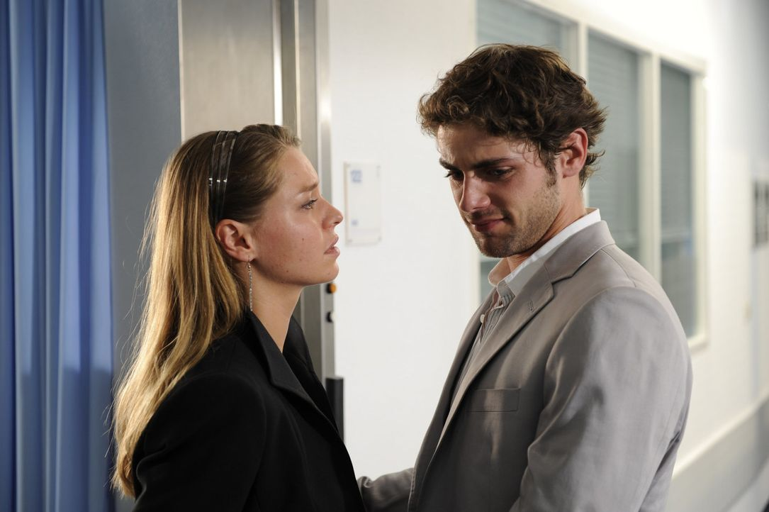 Katja (Karolina Lodyga, l.) versucht Jonas (Roy Peter Link, r.) zu trösten ... - Bildquelle: Christoph Assmann Sat.1
