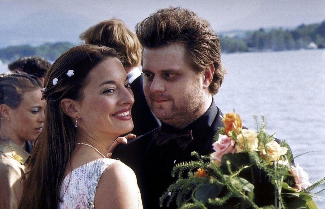 Auf Annes Hochzeit finden die zwei Romantiker Olli (Antoine Monot jr., r.) und Uli (Julia Dahmen, l.) zueinander ... - Bildquelle: Kaysser ProSieben