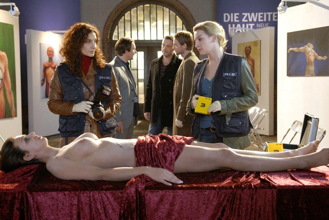 Das Team der R.I.S. ermittelt in der Galerie, in der die Leiche Sarah Brandts aufgefunden wurde.  (v.l.n.r.) Sarah Brandt (Miriam Stargard), Judith... - Bildquelle: Christoph Assmann Sat.1