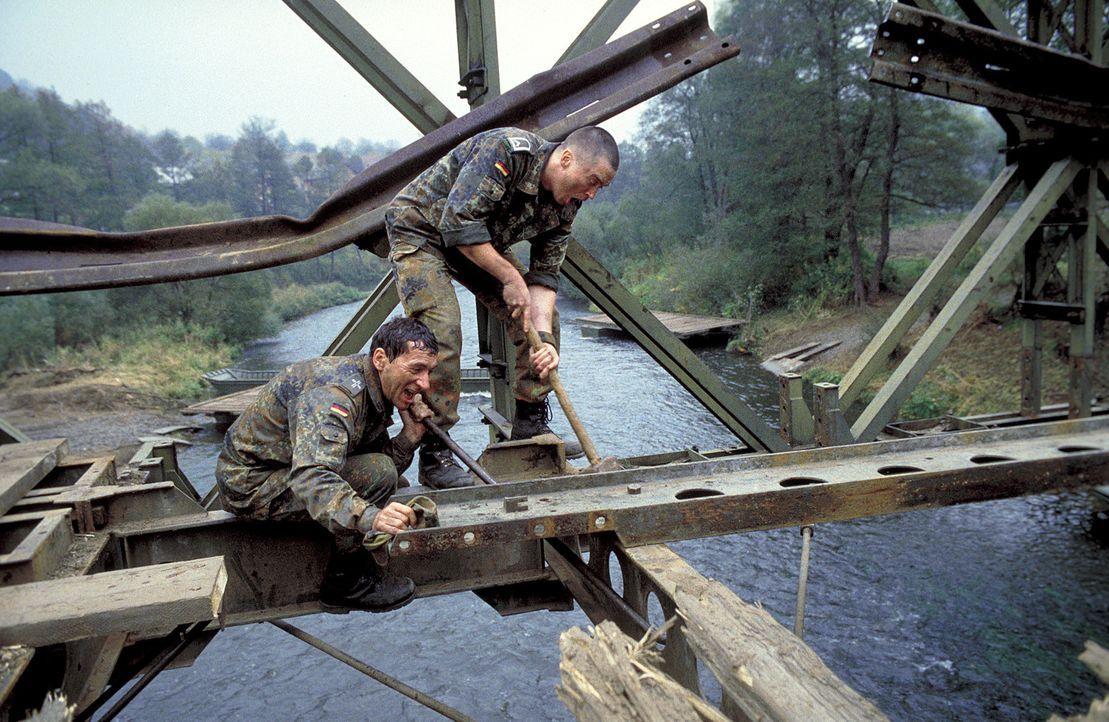 Der Stabsunteroffizier Joers (Uwe Bohm, l.) und ein Militärpfarrer (Rudolf Kowalski, r.) sind als Mitglieder der deutschen SFOR Truppen im krisenges... - Bildquelle: Jiri Hanzl ProSieben