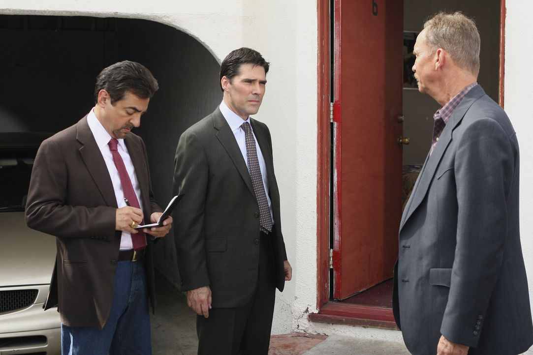 Während Hotch (Thomas Gibson, M.) mit Det. Yarbough (Michael O'Neill, r.) am Tatort über den Fall spricht, schreibt Rossi (Joe Mantegna, l.) immer n... - Bildquelle: Michael Desmond 2007 ABC Studios. All rights reserved. NO ARCHIVE. NO RESALE. / Michael Desmond