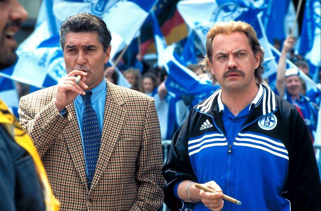 Ob Schalke-Manager Rudi Assauer (l.) auf Hans Pollaks (Uwe Ochsenknecht, r.) Fußballweisheiten hört? - Bildquelle: Seven Pictures