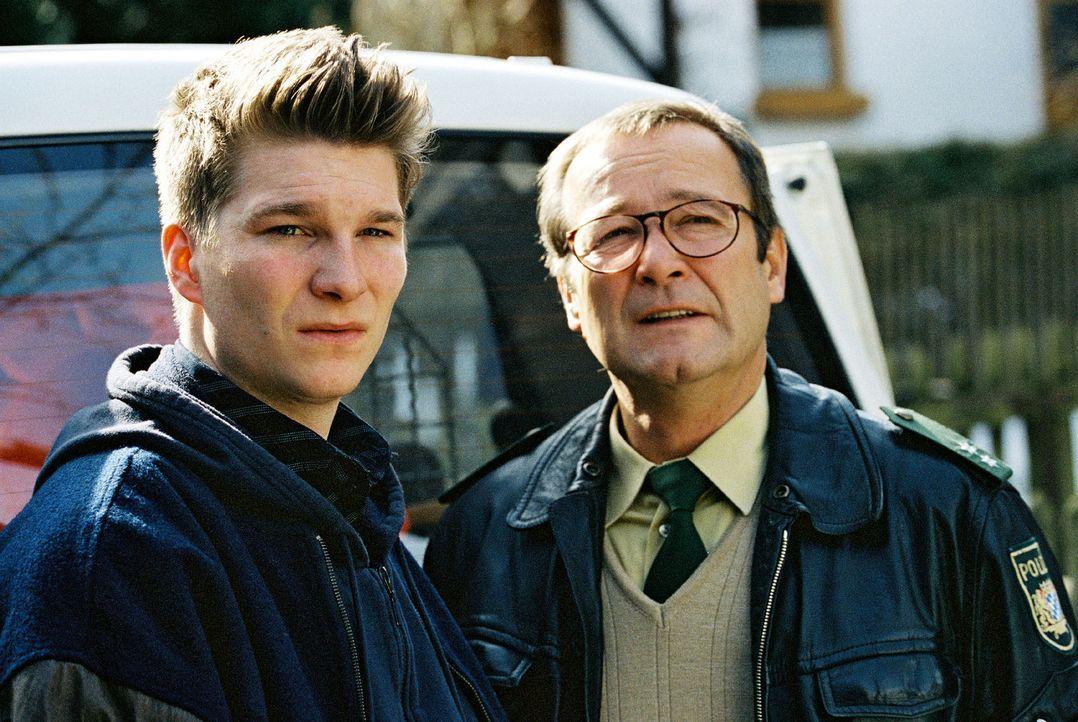 Andy (Leopold Hornung, l.), der Sohn des Dorfpolizisten Franz Breidenbach (Erich Hallhuber, r.), war ein enger Freund der Toten ... - Bildquelle: Christian A. Rieger Sat.1
