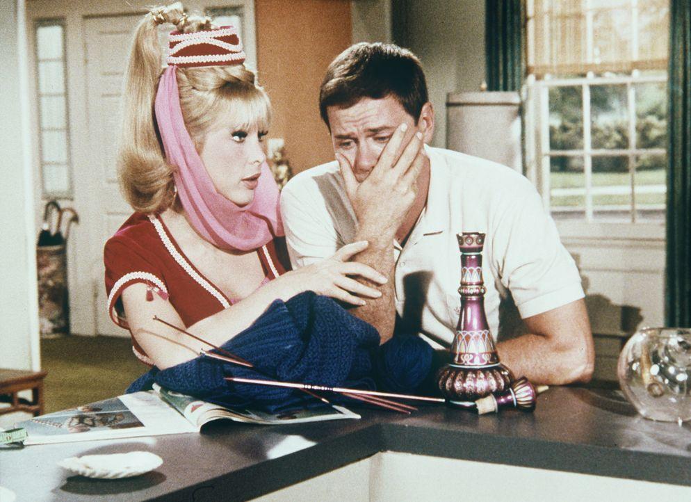 Der total überarbeitete Tony (Larry Hagman, r.) will nicht zur Arbeit gehen. Jeannie (Barbara Eden, l.) verzaubert daraufhin die Zeit und macht den... - Bildquelle: Columbia Pictures