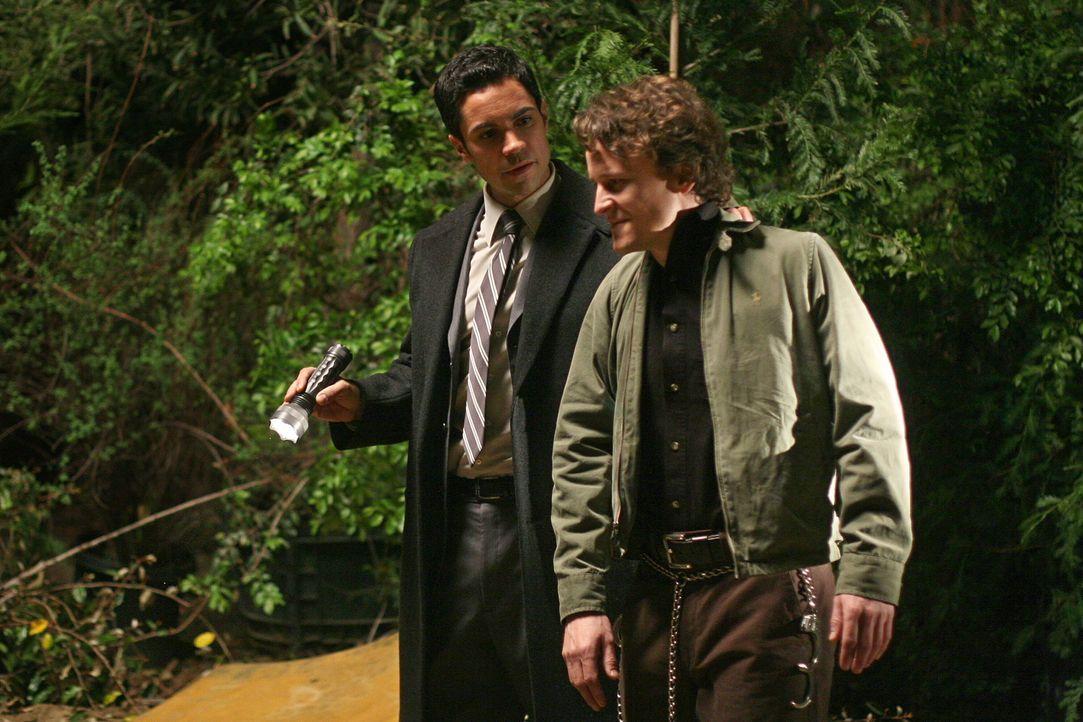 Wird Scott (Danny Pino, l.) John Smith (Damon Herriman, r.) noch rechtzeitig dazu bringen, ihm den Ort der Leichen zu sagen, um womöglich noch ein O... - Bildquelle: Warner Bros. Television