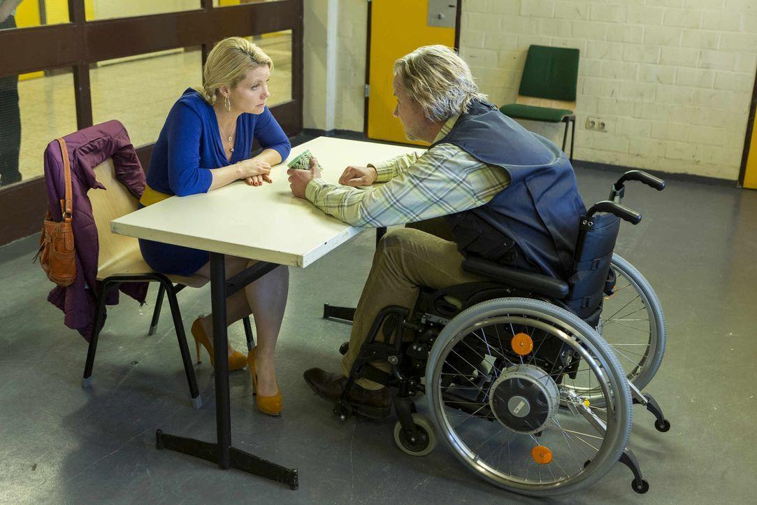 Während Bea, Nils und Orkan an einem IQ-Test teilnehmen, versucht Danni (Annette Frier, l.) ihren Vater Kurt (Axel Siefer, r.) aus der JVA zu bekomm... - Bildquelle: Frank Dicks SAT.1