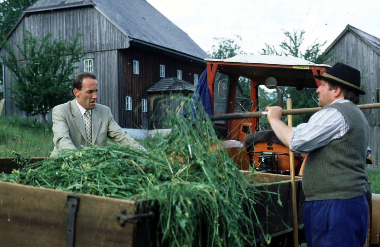 Beim Einholen des Frischfutters von der Weide erfährt Stockinger (Karl Markovics, l.) von Herrn Grasmuck (Vitus Zeplichal, r.) so einiges über die L... - Bildquelle: Hermann Huber Sat.1