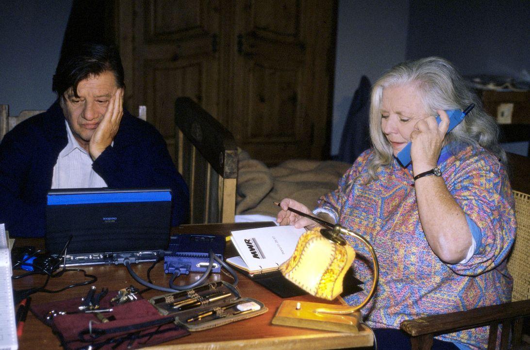 Resi (Ruth Drexel, r.), die schon seit Jahren Professor Roth (Hans Brenner, l.) verehrt, besucht den mutmaßlichen Selbstmordkandidaten in der Klinik... - Bildquelle: Magdalena Mate Sat.1