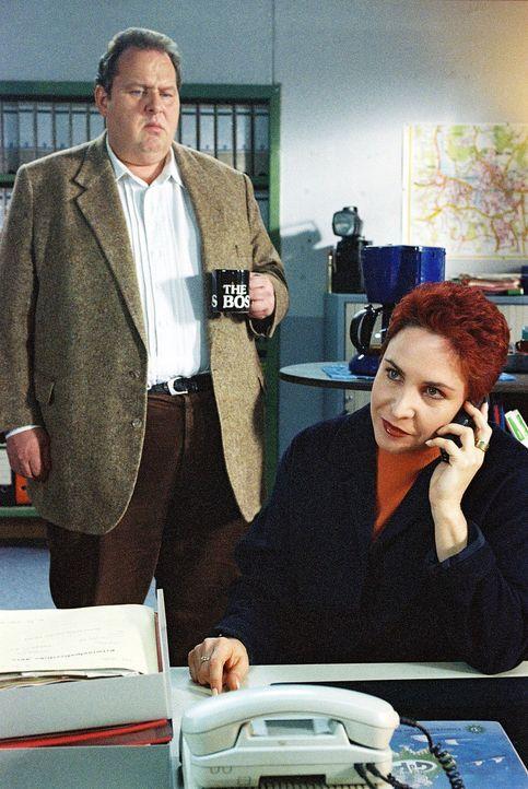 Benno (Ottfried Fischer, l.) und Sabrina (Katerina Jacob, r.) bekommen neue Informationen zum Fall des getöteten Weihbischofs Strobl ... - Bildquelle: Aki Pfeiffer Sat.1