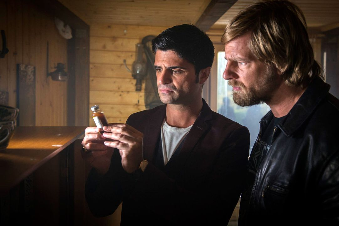 Stoßen auf eine Hütte im Wald, in der ein Haufen Medikamente und auch Morphium gelagert sind: Mick (Henning Baum, r.) und auch Andreas (Maximilian G... - Bildquelle: Martin Rottenkolber SAT. 1