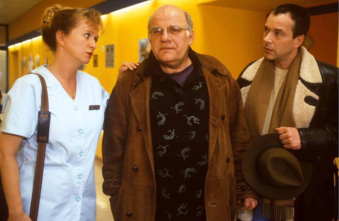 Wolf-Rüdiger Kuss (Jochen Senf, M.) glaubt, dass er unheilbar krank ist. Schwester Elke (Ulrike Mai, l.) und Dr. Stein (Christoph Schobesberger, r.)... - Bildquelle: Noreen Flynn Sat.1