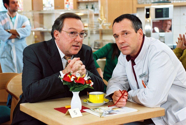 Professor Friedländer (Jaecki Schwarz, l.) hofft, dass die Hetzkampagne gegen Dr. Stein (Christoph Schobesberger, r.) bald ein Ende hat. - Bildquelle: Noreen Flynn Sat.1