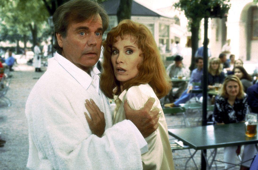 Kurz nach ihrer Ankunft in München wird Jennifer (Stefanie Powers, r.) auf offener Straße überfallen, doch ihr Mann Jonathan (Robert Wagner, l.) kan... - Bildquelle: Columbia Pictures