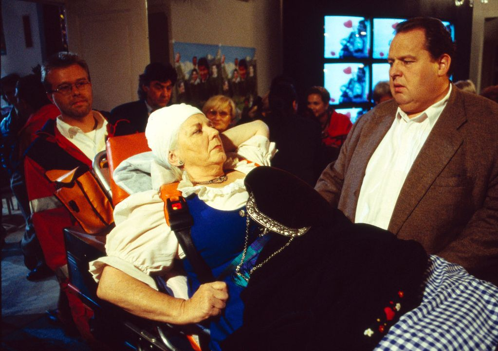 Benno Berghammer (Ottfried Fischer, r.) wird zum Tatort gerufen und findet dort seine Mutter Resi (Ruth Drexel, l.) vor. Mit einer Kopfverletzung wi... - Bildquelle: Magdalena Mate Sat.1