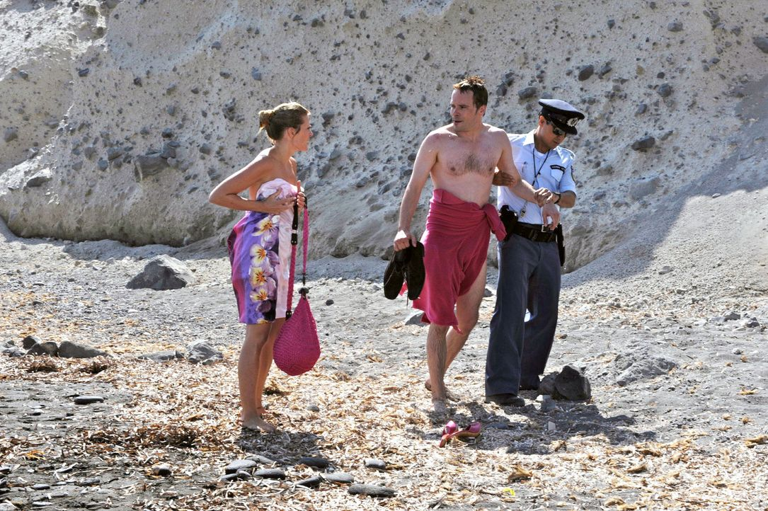 Janis' Tricks werden immer ausgefallener: Sein Cousin, der Polizist Alexis (Ercan Karacayli, r.), nimmt Tim (Wanja Mues, M.) in Gewahrsam, weil der... - Bildquelle: Hardy Brackmann Sat.1