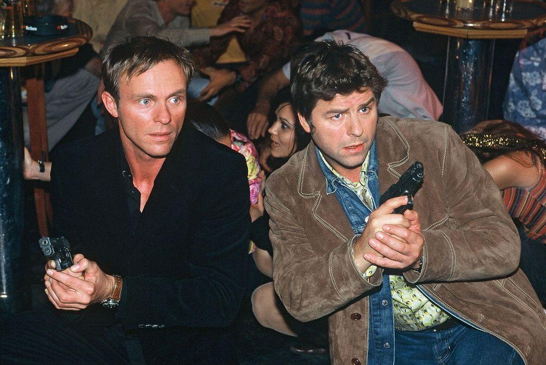 Jupp (Uwe Fellensiek, r.) und Falk (Dirk Martens, l.) besuchen den Elvis Contest, um dort weiter zu ermitteln. Plötzlich fallen Schüsse ... - Bildquelle: Münstermann Sat.1