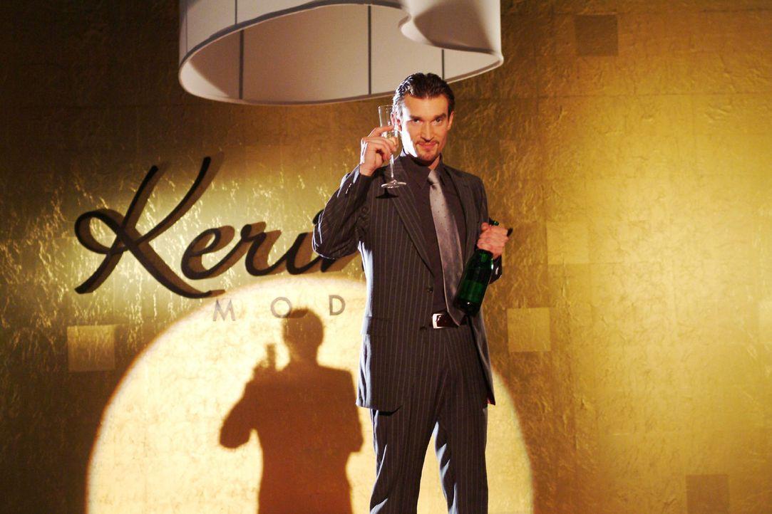 Richard von Brahmberg (Karim Köster) sonnt sich in dem Triumphgefühl, endlich Chef von Kerima Moda zu sein... - Bildquelle: Monika Schürle Sat.1
