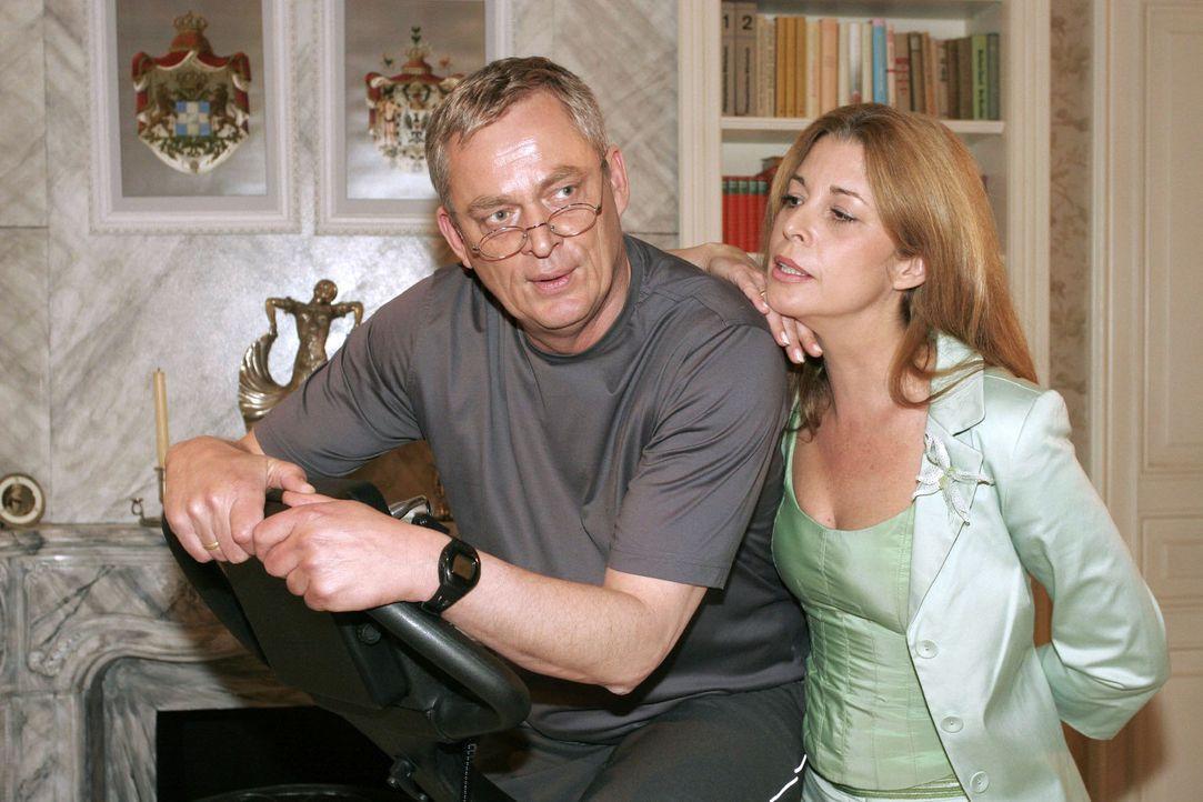Laura (Olivia Pascal, r.) entgeht nicht, dass Friedrich (Wilhelm Manske, l.) dringend eine Beschäftigung braucht. - Bildquelle: Noreen Flynn Sat.1