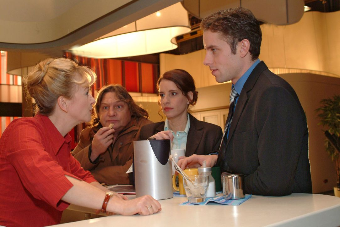 Bernd (Volker Herold, 2.v.l.) beobachtet voller Stolz seine Helga (Ulrike Mai, l.). Doch er selbst fühlt sich von Inka (Stefanie Höner, 2.v.r.) und... - Bildquelle: Monika Schürle Sat.1