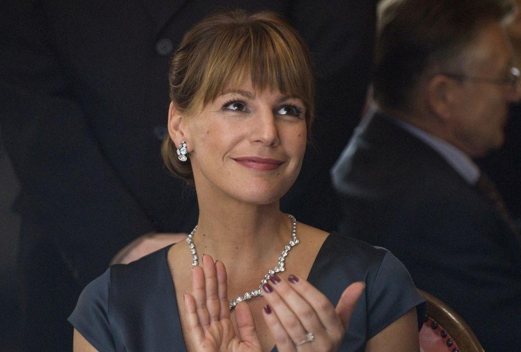Katja Klimova (Sophie Schütt) unterstützt das Anliegen des russischen Energieministers Sokurov, der die Tagung zum Anlass nehmen will, um das russis... - Bildquelle: Martin Menke Sat.1