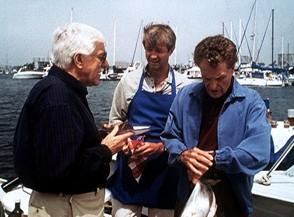 Mark Sloan (Dick Van Dyke, l.) stellt David McReynolds (James Read, M.) und seinem Vater Peter (Robert Stack, r.) unangenehme Fragen. - Bildquelle: Viacom