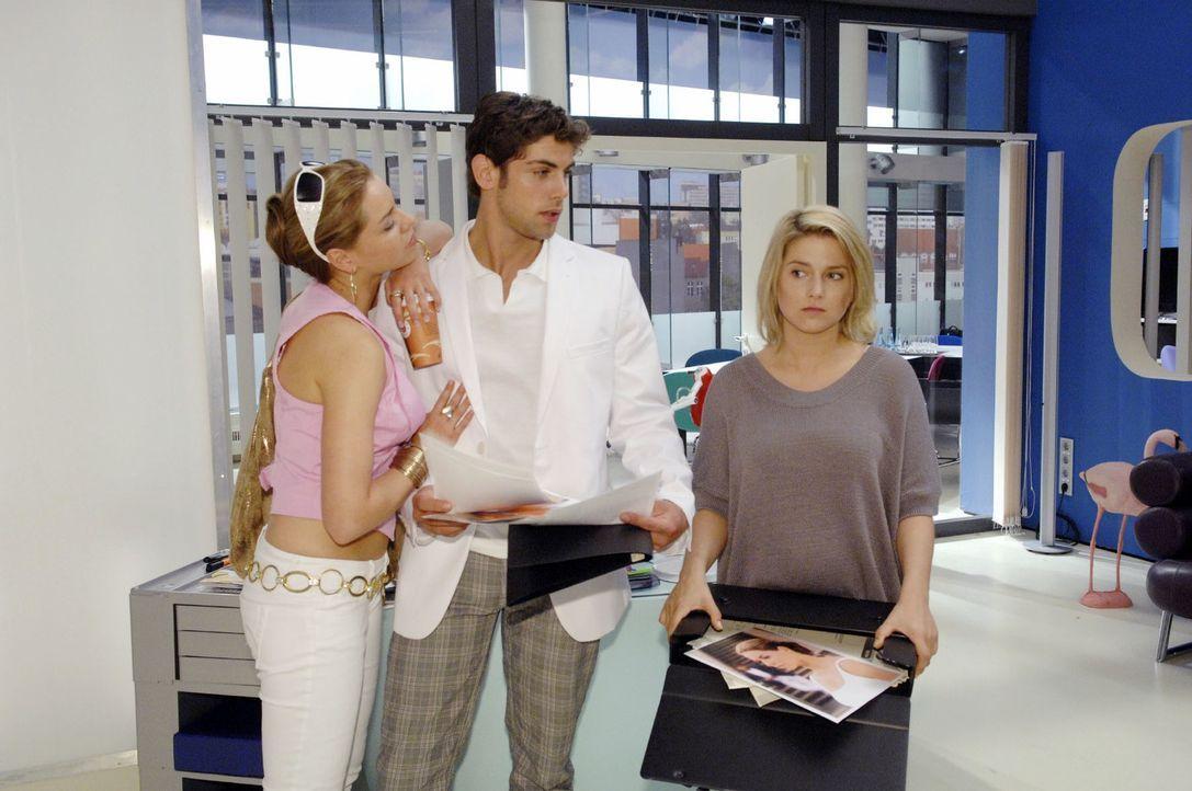Anna (Jeanette Biedermann, r.) fällt es schwer, gegenüber Katja (Karolina Lodyga, l.) und Jonas (Roy Peter Link, M.) die Fassung zu wahren. - Bildquelle: Claudius Pflug Sat.1