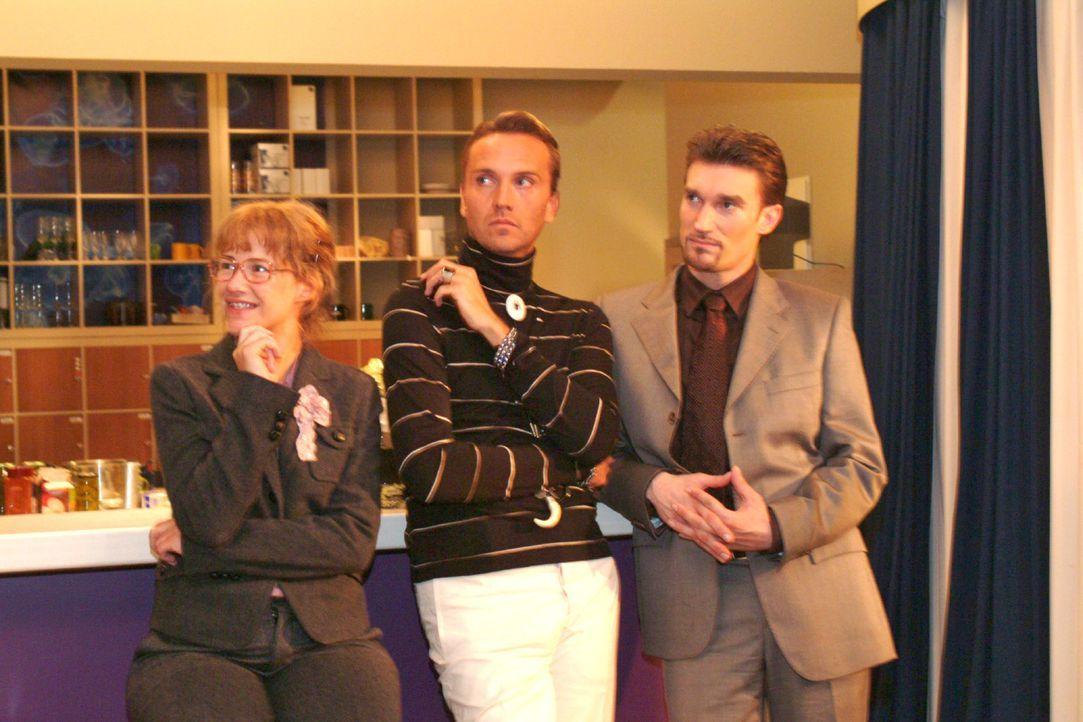 Lisa (Alexandra Neldel, l.) genießt es, dass es endlich mal keinen Streit gibt und Richard (Karim Köster, r.) und Hugo (Hubertus Regout, M.) ihre Id... - Bildquelle: Monika Schürle Sat.1