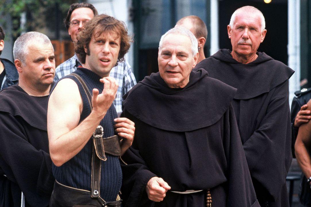 Lorenz (Oliver Korittke, 2.v.l.) und Pater Gregor (Peter Fitz, 2.v.r.) unterhalten sich auf dem Katholikentag in Hamburg. - Bildquelle: Krumwiede Sat.1