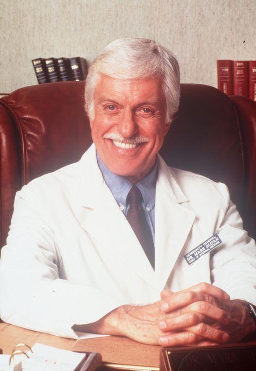 Dr. Sloan (Dick Van Dyke) am Schreibtisch, wo man ihn selten erlebt. - Bildquelle: Viacom