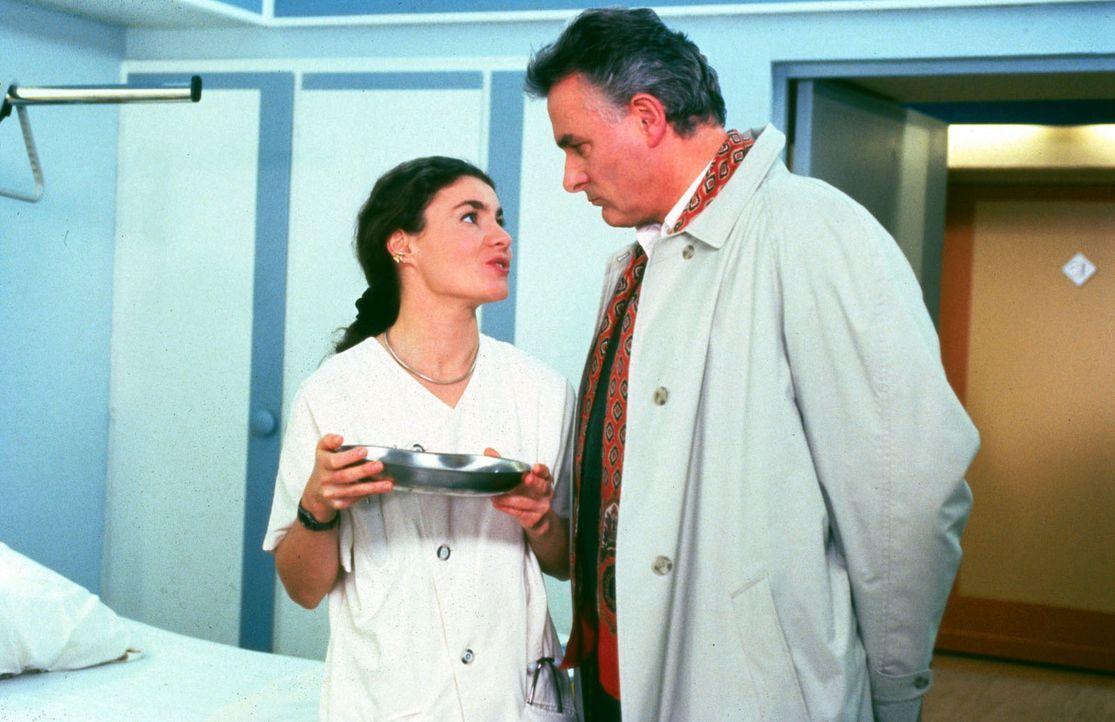 Herr Kunert (Klaus Wildbolz, r.), dessen Sohn Marc wegen einer Messerstecherei im Krankenhaus liegt, weist die Bitte von Schwester Stefanie (Kathrin... - Bildquelle: Noreen Flynn Sat.1