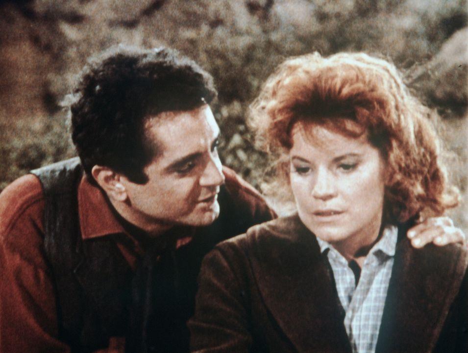 Emma (Julie Sommars, r.) kann nicht glauben, was ihr Mann Lee Hewitt (Scott Marlowe, l.) schon wieder Böses plant ... - Bildquelle: Paramount Pictures