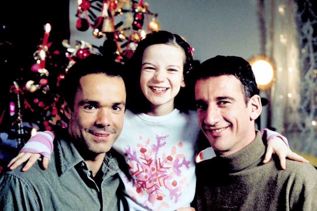 Zwei Väter (Hannes Jaenicke, l., Heio von Stetten, r.) zu Weihnachten für Taffy (Nina Gummich, M.) ... - Bildquelle: Christian A. Rieger ProSieben