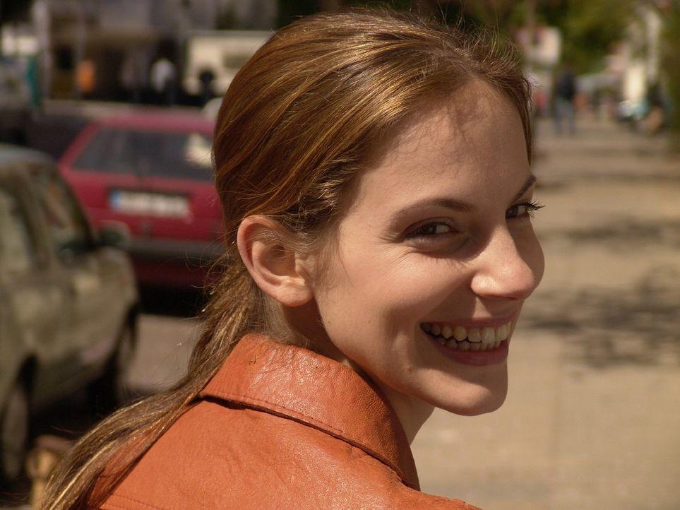 Andrea (Marie Zielcke) ist es gewohnt hart zu arbeiten und glaubt, dass sie ein glücklicher Mensch sei - bis ein harter Schicksalsschlag sie trifft. - Bildquelle: Volker Roloff Sat.1