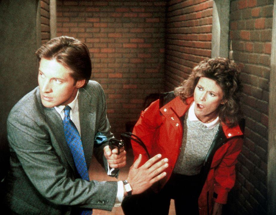 In dem Agenten-Trainingscamp versuchen Amanda (Kate Jackson, r.) und Lee (Bruce Boxleitner, l.), dem russischen Spion auf die Schliche zu kommen, de... - Bildquelle: CBS Television