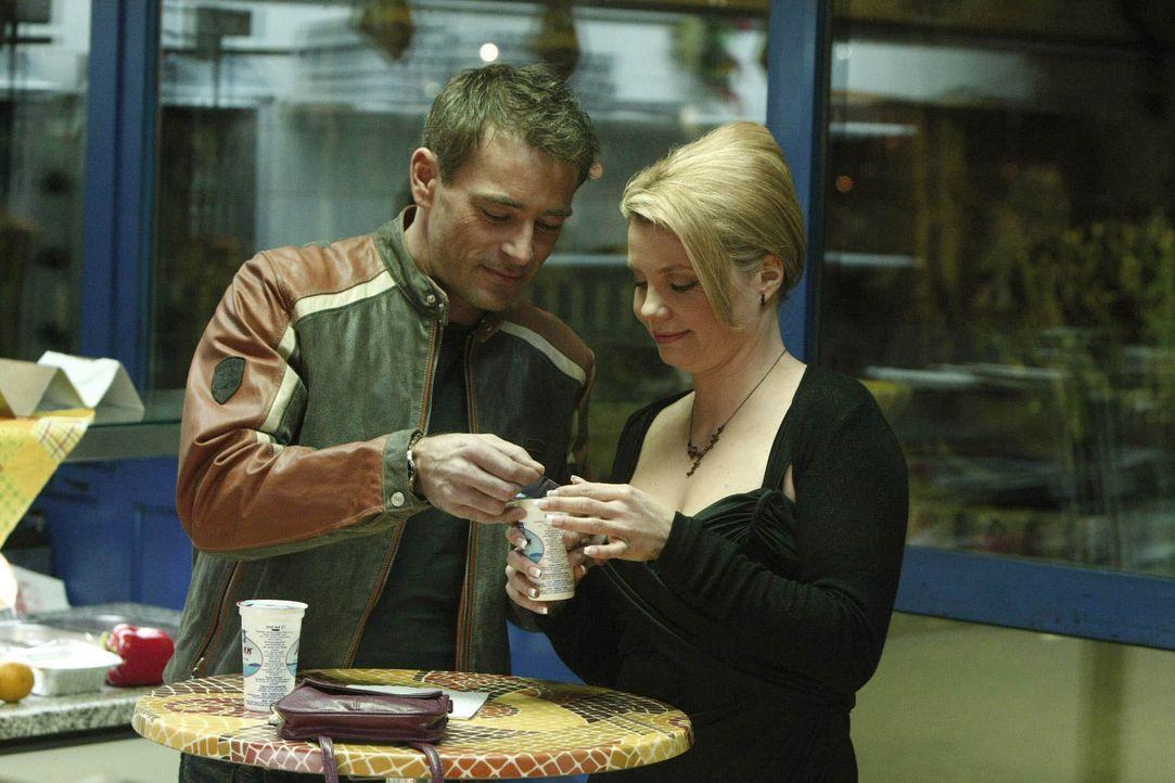 Obwohl es immer wieder zu Missverständnissen kommt, verbringen Danni (Annette Frier, r.) und Oliver (Jan Sosniok, l.) viel Zeit miteinander .... - Bildquelle: Frank Dicks SAT.1