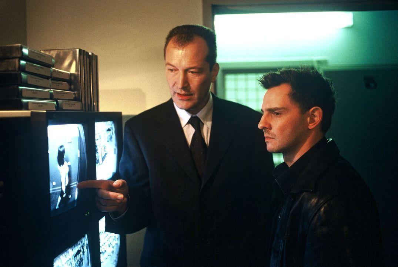 Tom (Steven Merting, r.) lässt sich die Videobänder der Überwachungskamera aus dem Einkaufszentrum zeigen, wo die Tageseinnahmen gestohlen wurden. - Bildquelle: Leslie Haslam Sat.1