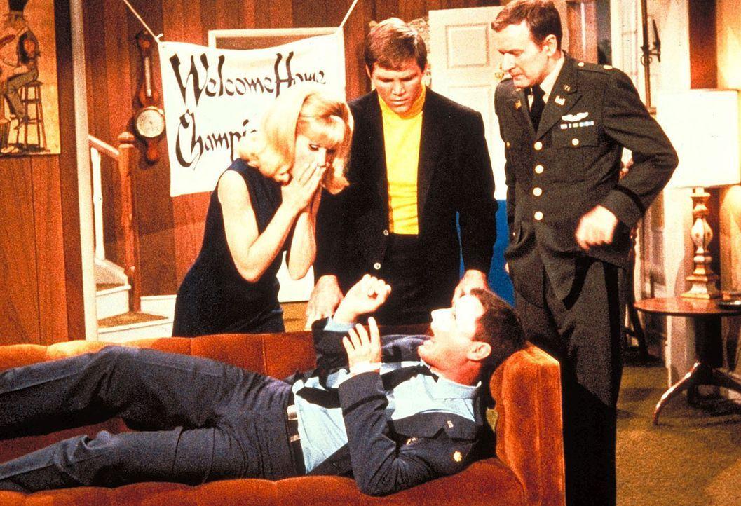 Jeannie (Barbara Eden, l.) kommt gerade noch rechtzeitig, um Tonys Gegner auszuschalten. Aber Tony (Larry Hagman, liegend) ist bereits schon erledigt. - Bildquelle: Columbia Pictures