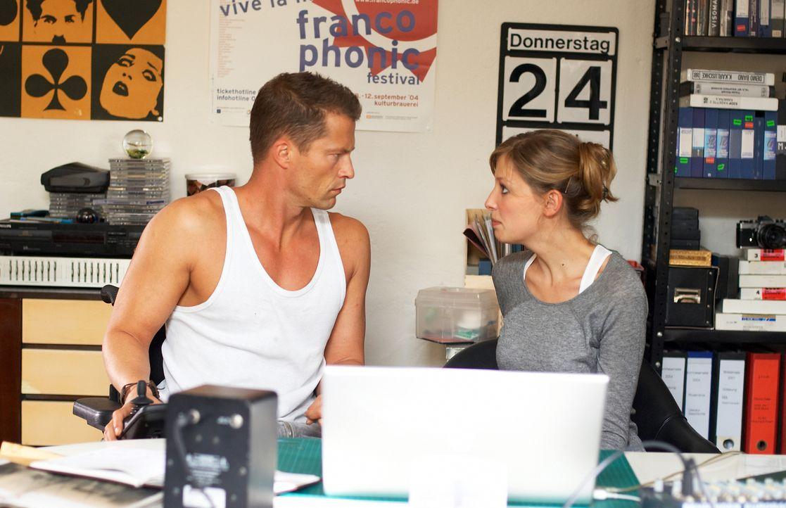 Als sich Fred (Til Schweiger, l.) in die Jungregisseurin Denise (Alexandra Maria Lara, r.) verliebt, droht sein ganzes Lügengebäude einzustürzen ...... - Bildquelle: Senator Film