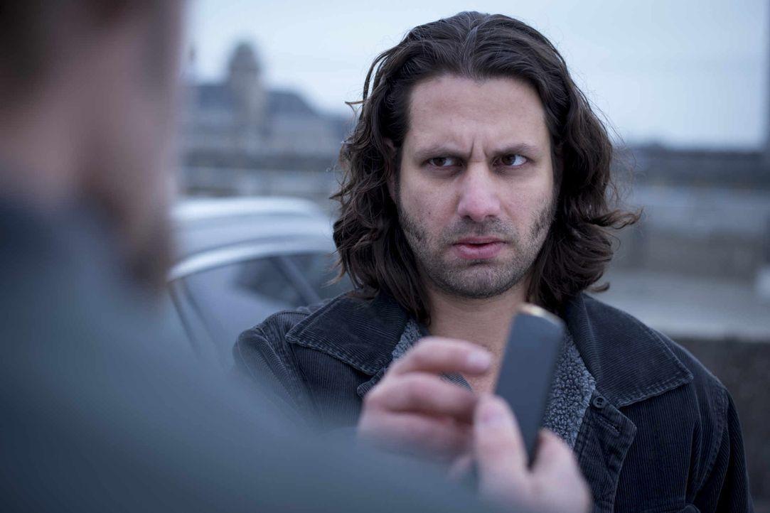 Was weiß Lutz Görnemann (Adam Bousdoukos) und vor wem hat er so große Angst? Kann Mick sein Geheimnis knacken? - Bildquelle: Martin Rottenkolber SAT.1 / Martin Rottenkolber