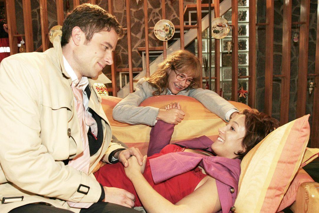 Max (Alexander Sternberg, l.) und Lisa (Alexandra Neldel, M.) sind froh, dass es Yvonne (Bärbel Schleker, r.) wieder besser geht. (Dieses Foto von A... - Bildquelle: Noreen Flynn Sat.1