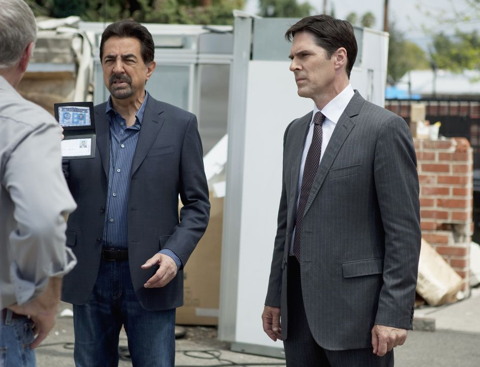 Versuchen, einen neuen Fall aufzudecken: Gibbs (Thomas Gibson, r.) und Rossi (Joe Mantegna, l.) ... - Bildquelle: Adam Rose 2010 American Broadcasting Companies, Inc. All rights reserved. / Adam Rose