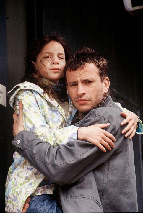 Mit der Befreiung eines entführten Kindes (Eva Diehle, l.) ist für Timo (Frank Stieren, r.) der Fall noch lange nicht zu Ende ... - Bildquelle: Martin Menke Sat.1