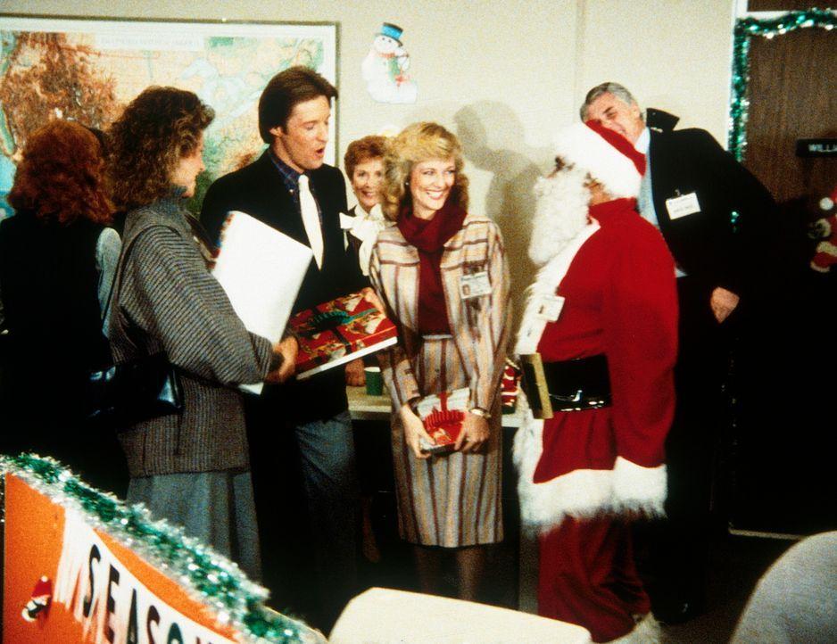 Weihnachtsfeier in der Geheimdienstzentrale: Billy (Mel Stewart, M.) ist als Weihnachtsmann verkleidet. (v.l.n.r.) Amanda (Kate Jackson), Lee (Bruce... - Bildquelle: CBS Television