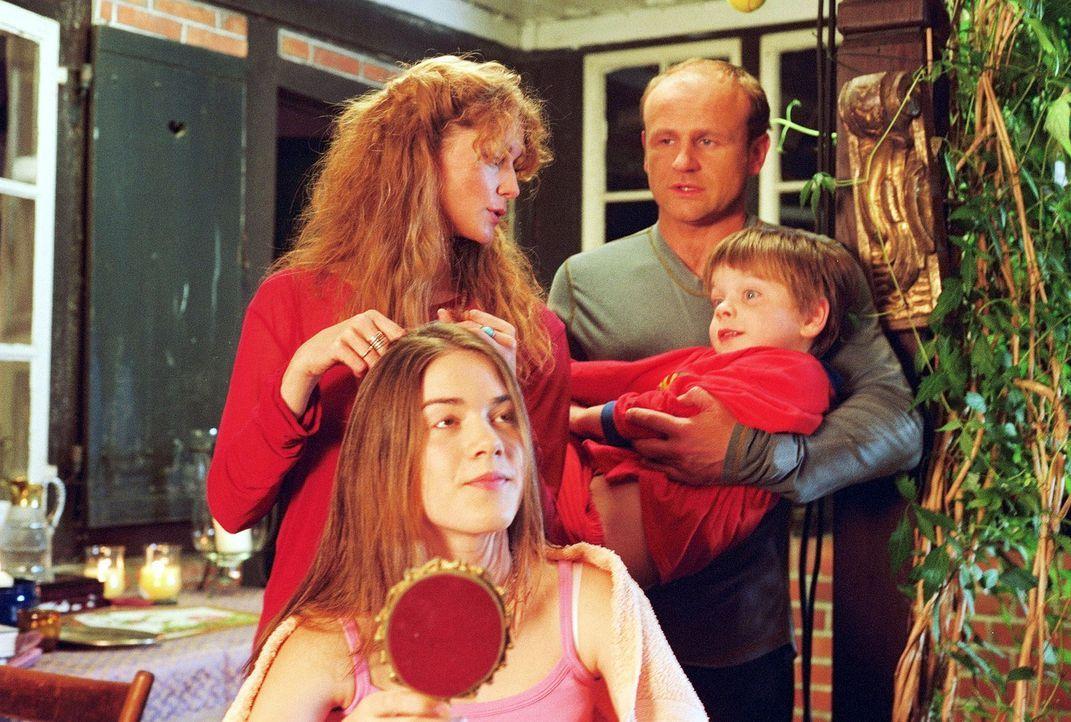 Dass Heidi (Esther Schweins, hinten l.) ihre Tochter Flora (Karoline Eckertz, vorne l.) die Haare nur bei Vollmond schneidet, während Linus (Florian... - Bildquelle: Krumwiede Sat.1