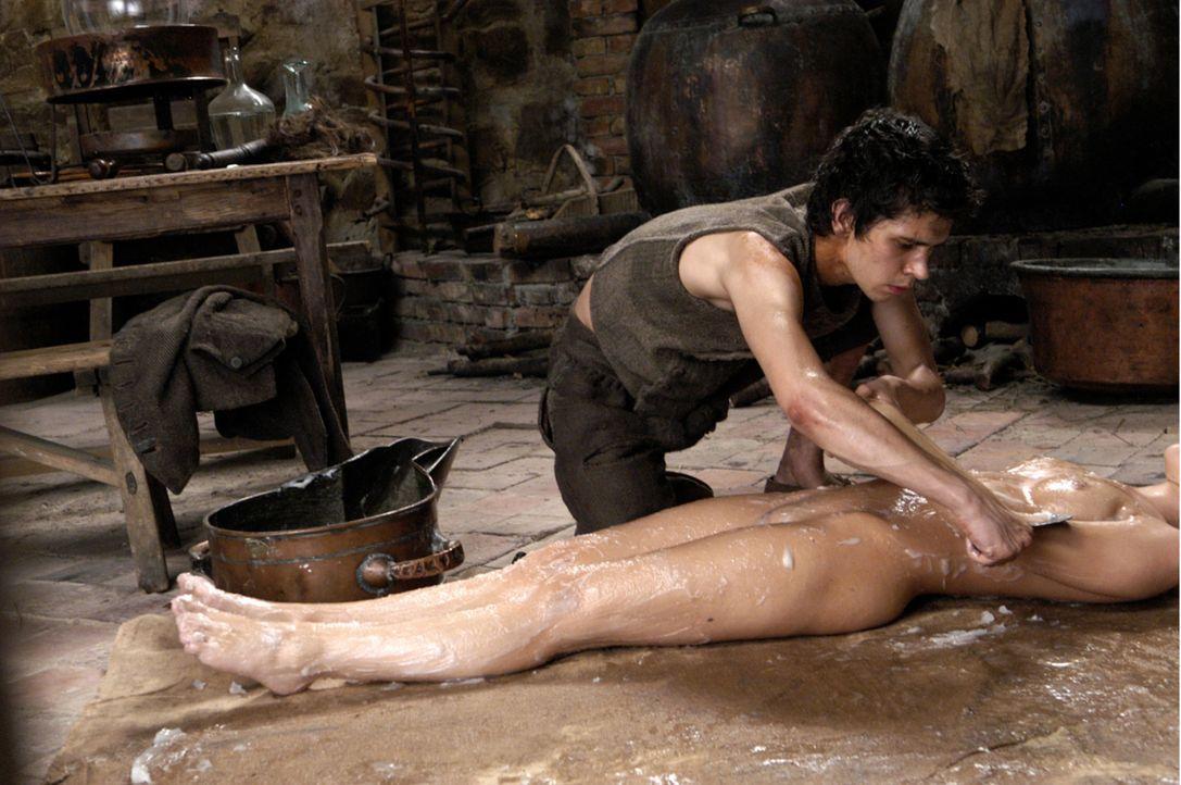 Als er die Leiche einer schönen Frau und ihren Duft konserviert, hat Grenouille (Ben Whishaw, oben) den stinkenden Fischgeruch, der ihn während sein... - Bildquelle: Constantin Film Verleih GmbH